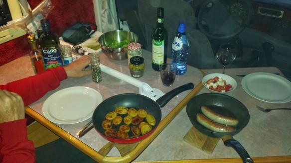 Ook een beugel op de eettafel.... zo hijst Leo zich op het bankje.... Maar  de gebakken aardappeltjes smaken wel