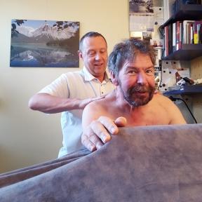 Kijk, hier lacht Leo nog, als Kees, zijn fysiotherapeut, lekker zijn rug masseert....