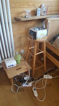 Wat was ik blij met de meegenomen verlengsnoertjes. Voor hoestmachine, afzuigmachine, hooglaagbed, bipap, lampje, electrische deken, vernevelaar.... Electrische tandenborstel, ...